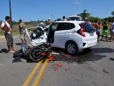 BAHIA: Acidente grave envolvendo motocicleta e veículo de passeio deixou um homem morto e outro gravemente ferido na BA-489