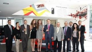 بالصور: ملكة جمال لبنان تستلم جائزتها سيارة أودي ايه 1
