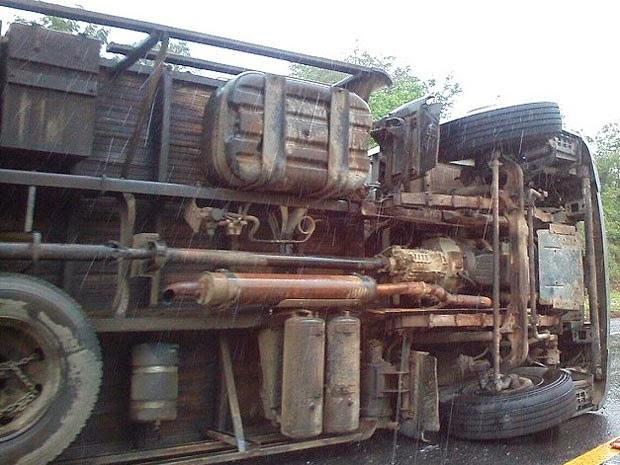 Caminhão tombou durante acidente envolvendo quatro veículos (Foto: Marcelo Santos / Blog Marcos Frahm)