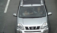 chino infiel tocandole las tetas a una mujer en un auto