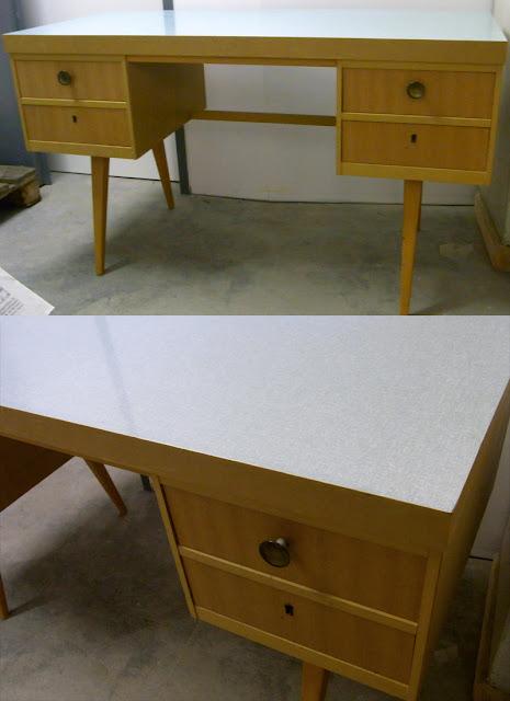 Vintage Shabby Schreibtisch Holz aus den 50er 60er Jahren mit Resopalplatte in weiß mintgrün, mit 4 Schubladen