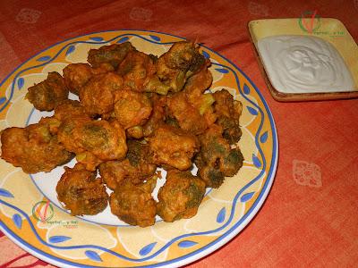 Buñuelos indios de brócoli con salsa de yogur.