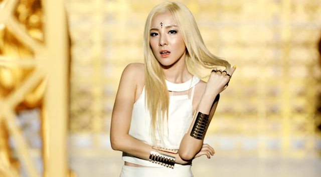 """Oddness/Weirdness: Video of the Day: 2NE1's """"Falling In Love"""" Dara Falling In Love Nails"""