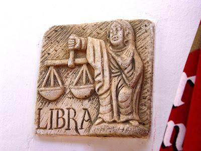 signo libra tallado en piedra