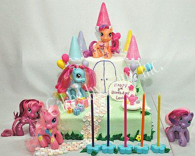 Tierna torta de cumpleaños decorada con líneas de colores pastel y