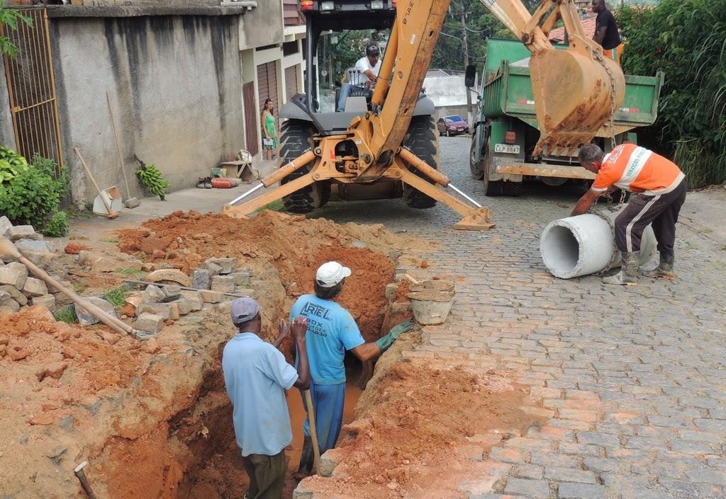Outra equipe, com sete homens, uma retroescavadeira e um caminhão, atuou na galeria da Rua Felipe Nery Siqueira, na Vila Muqui, onde quatro manilhas foram substituídas por novas