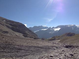 Blick über kahle Halden zum Bifertenstock im Hintergrund