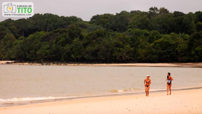 Visitantes da praia do Vai-Quem-Quer, na ilha de Cotijuba, no Pará