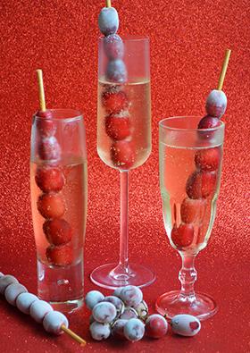 Sugestão para as festas de fim de ano: espumante com espetinho de uvas congeladas