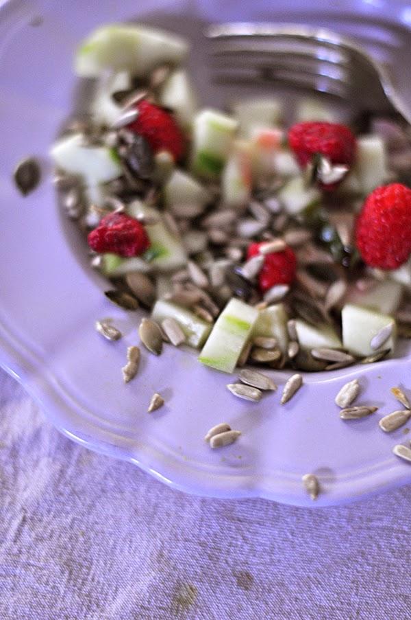 Insalata di cetriolo, lamponi, semi di zucca e girasole