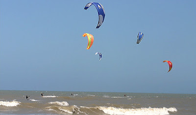 practicando kitesurf en cariló