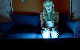 تجنبي مشاهدة التلفاز فى غرفة مظلمة والسبب !!