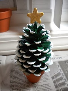 mini árvore de Natal, com pinhas