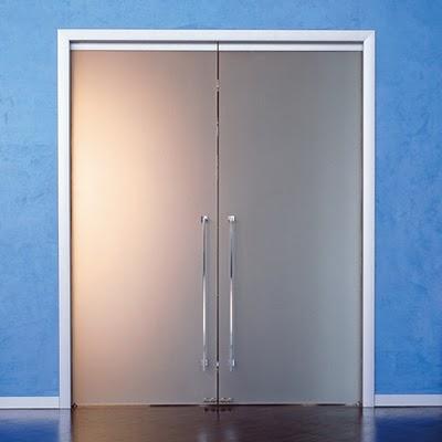 Dise o de interiores ram n mart puertas correderas de - Puerta cristal abatible ...