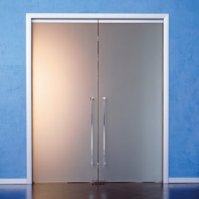 Dise o de interiores ram n mart puertas correderas de - Puertas abatibles cristal ...