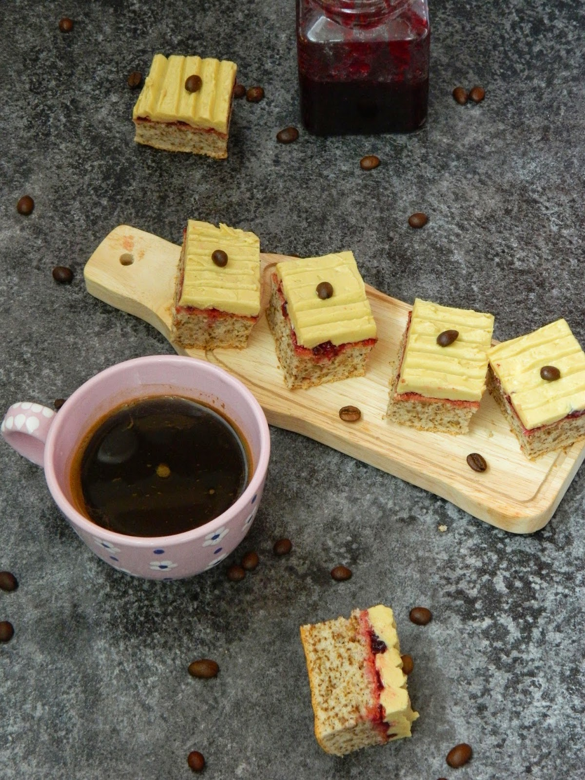 Prajitura cu nuci,gem de merisoare si aroma de cafea