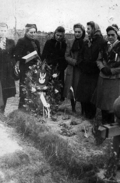 Kazanów, teren cmentarza, grób żołnierzy września 1939. Anna Kubiak pierwsza z prawej. Fotografia ze zbiorów rodzinnych Anny Kubiak - udostępnił Paweł Kubiak.