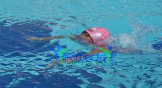 la piscina fa bene ai bimbi