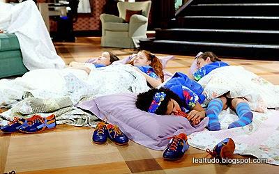 Chiquititas dormindo na Sala com medo da Aranha Brunilda da Matilde irmã da Ernestina - lealtudo.blogspot.com