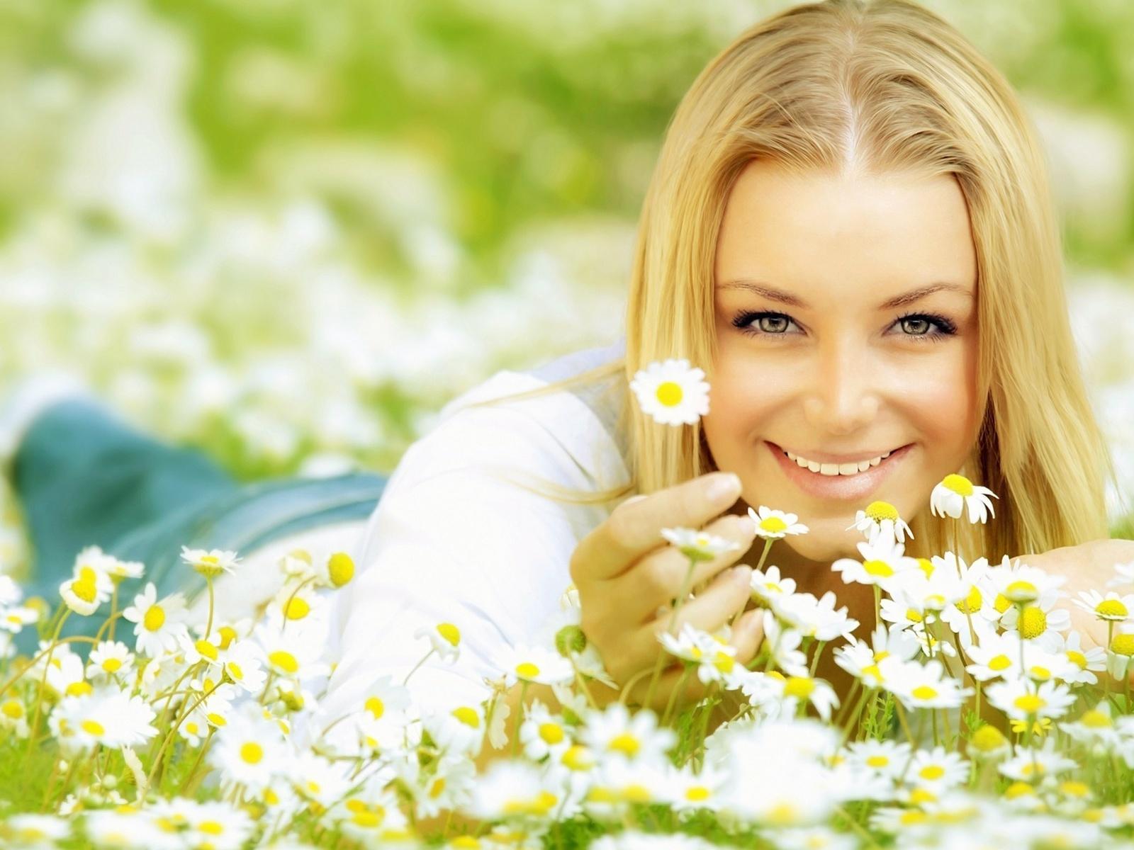 Smiling blonde girl lying on daisy flowers hd wallpaper