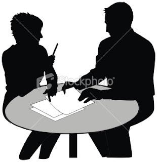 مهارات التواصل الاجتماعي - رجل وامرأة يجلسان الى ترابيزة طاولة