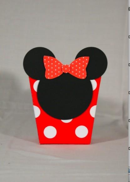 recortar o formato da cabeca no papel preto e o laco no vermelho