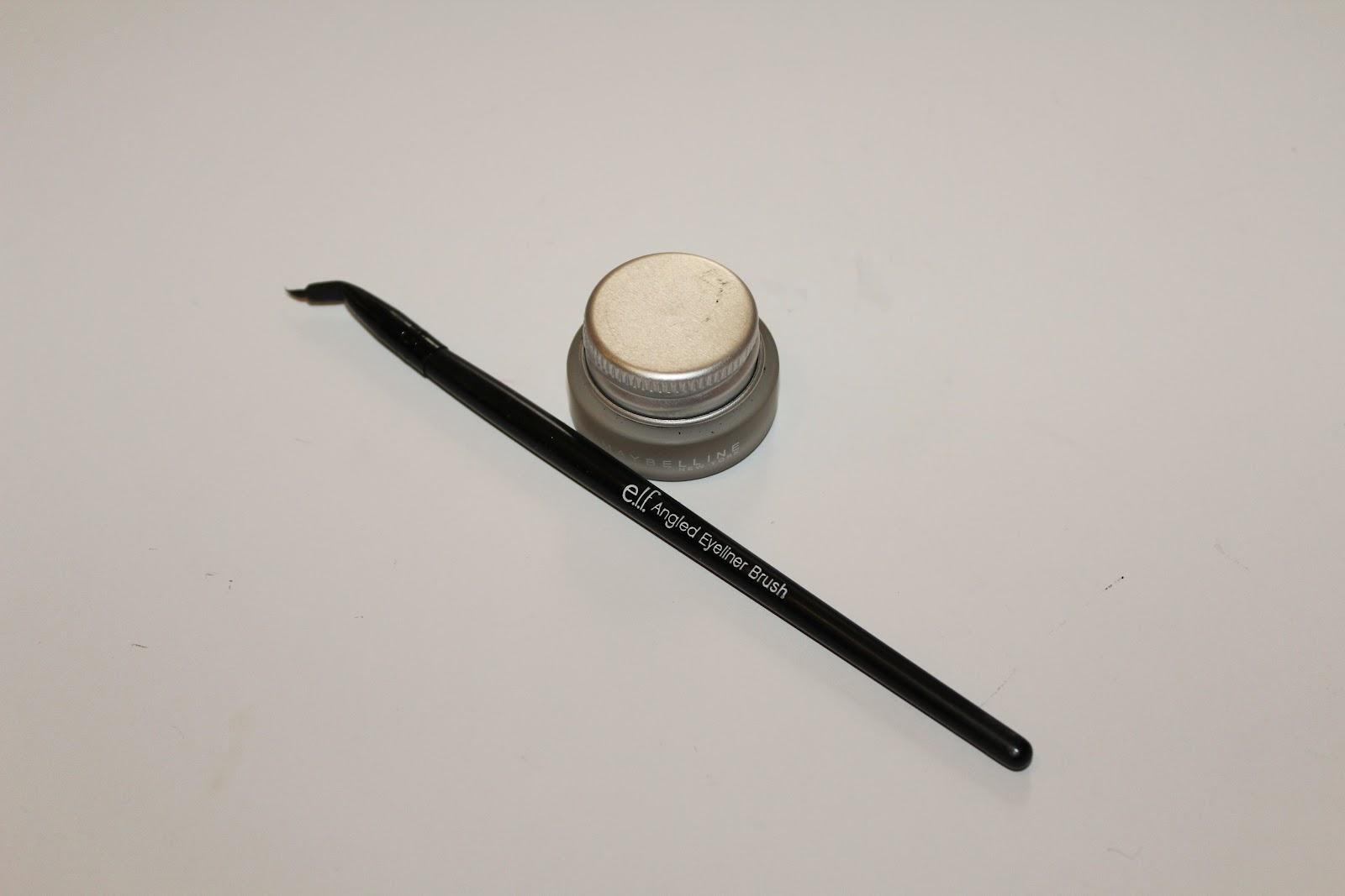 Angled eye liner brush