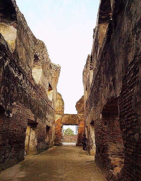 Foto Tembok Kuno di Istana Air Taman Sari Yogyakarta