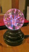 校長室にある面白いもの プラズマボール ガラス球に手を当てると光が集まる