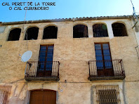Detall de les arcades i de les les baranes de forja del balcó de Cal Peret de Torre o Cal Curandero