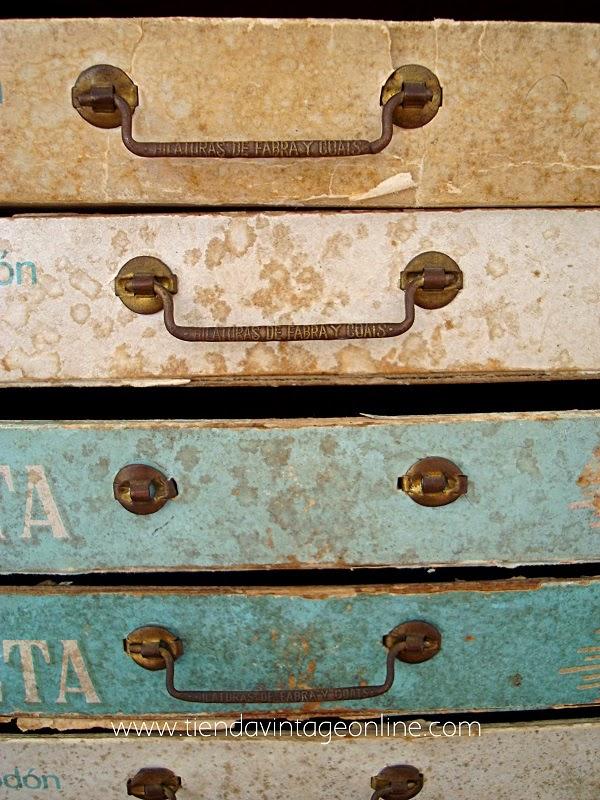 Cajonera vintage con cajones de cartón Fabra y coats S.A.