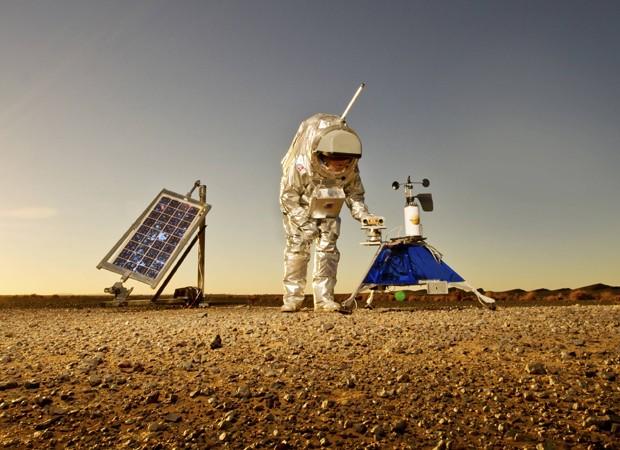 Roupa espacial é usada por cientitas para simular condições no planeta Marte -Cientistas usam roupa espacial para simular condições no planeta Marte