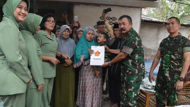 Panglima TNI Santuni Keluarga Anggota Kostrad yang Tewas Ditabrak di Riau
