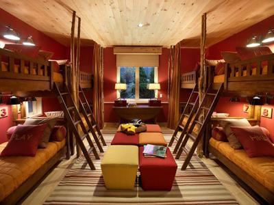 4 camas en una habitación infantil
