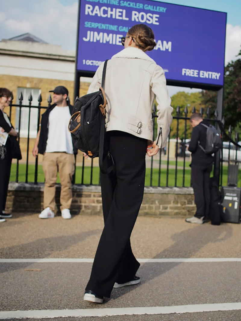 how-to-wear-black-sneakers-black-pants-streetstyle