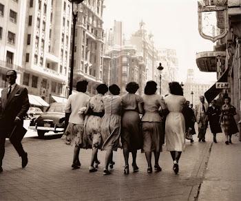 Millones de personas en la tierra y todavía hay quién camina aislado por calles en pleno día...