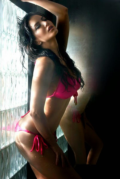 Splitsvilla 7 host Sunny Leone Hot Wallpaper in bikini