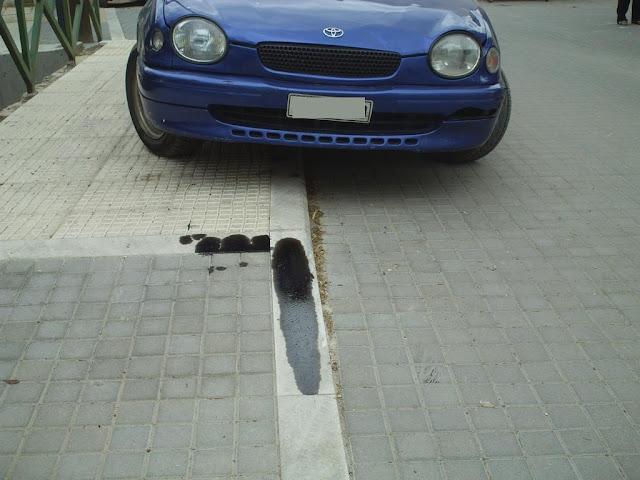 Μαρμάρινα κράσπεδα πεζοδρομίων που τα «καβαλάνε» αυτοκίνητα