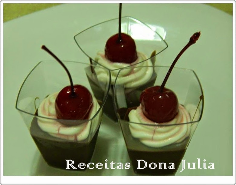 Doce no copinho chocolate com chantili