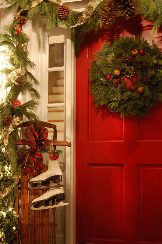 Anyone can decorate the christmas porch for Patios decorated for christmas