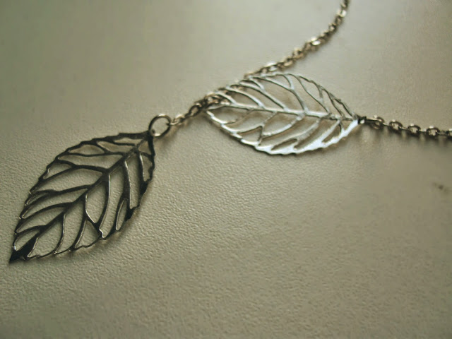 Leaf necklace details