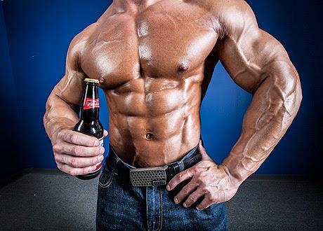 homem forte bebendo cerveja