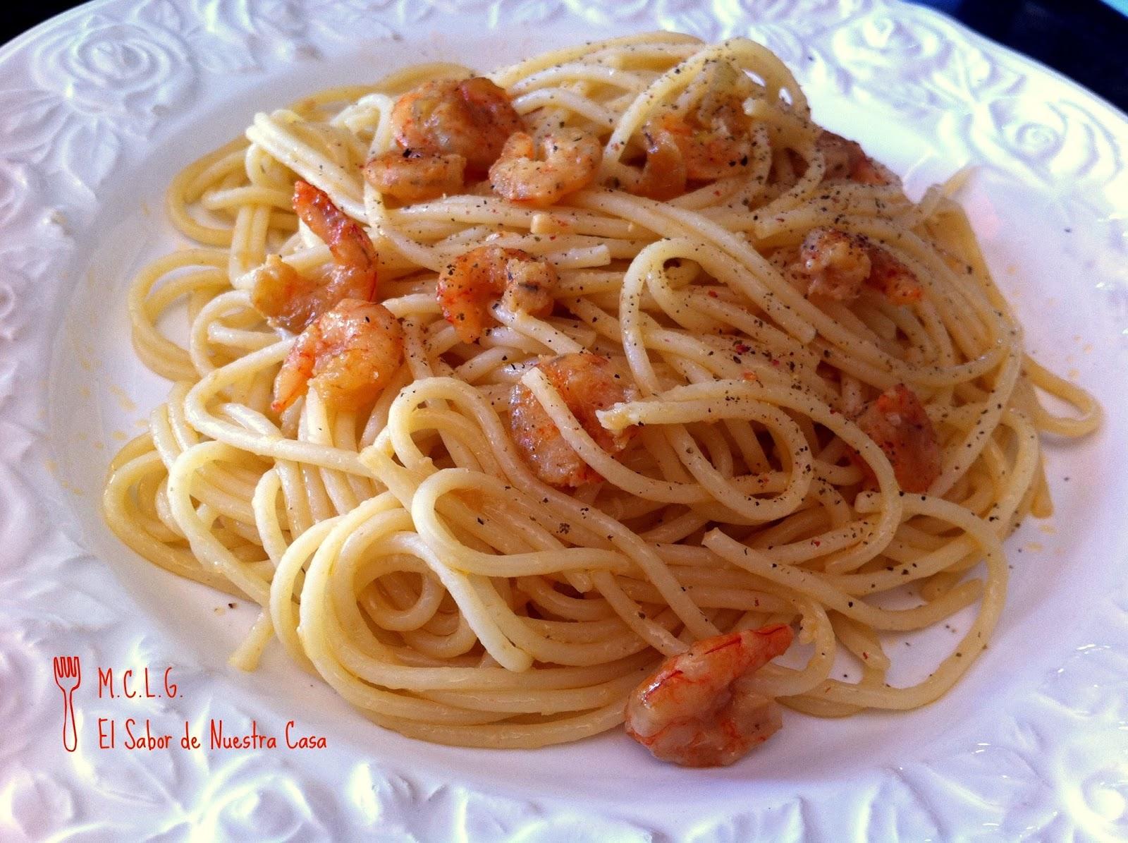 Espaguetis o macarrones con gambas al ajillo - Espaguetis con gambas y champinones ...