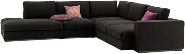 Czarna sofa na blogu o wnętrzach