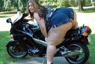 grappige foto dikke vrouw zit op de motor