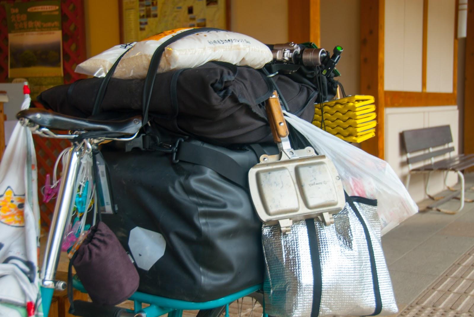 荷台に載せられた大量の荷物