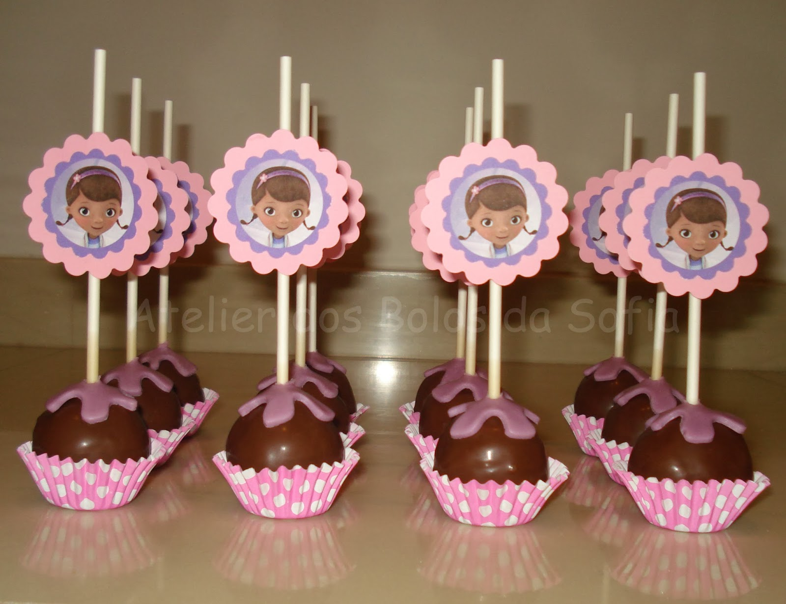 Atelier dos bolos da sofia bolo doutora brinquedos cake for Cake pops cobertura