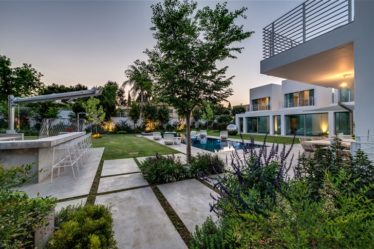 "Backyard of Modern Villa ""Cubes"" In Tel Aviv"