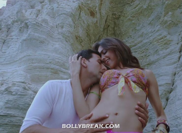 Indian Actress Deepika PAdukone Hottest Long Navel in Bikini Top - Indian Actress Deepika PAdukone Long Navel in Bikini Top