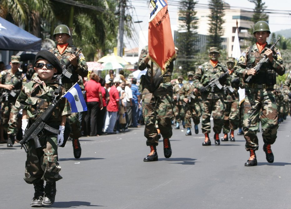 """Siglo XXI. Desfile patriótico en El Salvador, encabezado por el más """"macho"""" de todos los soldados."""